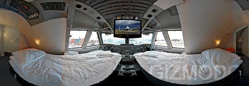 房客可以在这架飞机的驾驶室里过夜,这里已被改成蜜月套房,是波音747