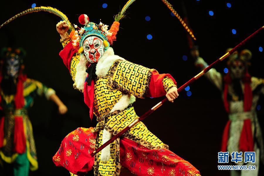 10月26日,中国戏曲学院学生在戏剧节闭幕式上表演京剧选段《大闹天宫