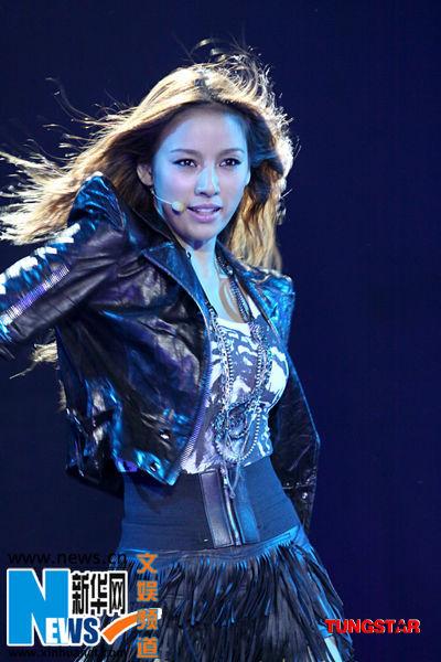 李孝利启动 亚洲计划 与潘玮柏大秀贴身热舞