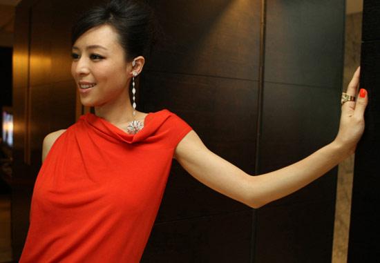 张静初橘红色长裙闪耀时尚舞台