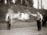 勇气惊人:1923年美国公司用真人测试防弹衣