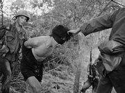 老照片里的越战:美军粗暴对待北越游击队员