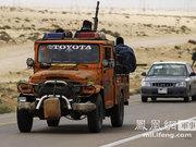 利比亚反政府武装遭到反攻 再次沿公路大后撤