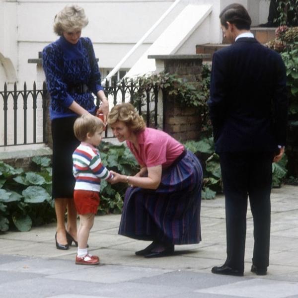 ,查尔斯王子与戴安娜王妃把他们三岁的儿子介绍给园长.-威廉王子