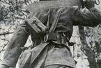 抗战动人瞬间:殉国勇士仍紧握长枪与手榴弹