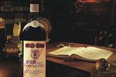 """1931年,张裕以蛇龙珠为原料,酿造出中国第一瓶干红葡萄酒,并命名为""""解百纳""""。"""