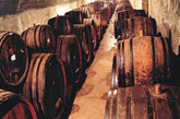 1894---1905年,张裕创建者历时11年,建成亚洲首座地下大酒窖,这座建在海岸边的酒窖,至今仍在使用,成为亚洲建筑史上的奇迹。