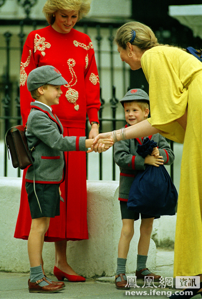 989年9月,哈里王子入学第一天,戴安娜王妃送威廉王子与哈里王子