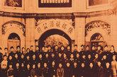 1958年,张裕成立中国第一所酿酒大学,为行业培养技术人才。当时酿酒大学的学员,后来大多成为葡萄酒行业的骨干。