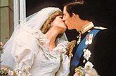 婚前宣誓之后,查尔斯王子和戴安娜王妃在王室贵宾的注视下缓步踏上红地毯王子和王妃立下盟誓后相偕走下铺着红地毯的走廊,从教堂台阶上向人们招手致意查尔斯王子和戴安娜王妃戴安娜。