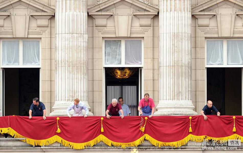 白金汉宫阳台铺上红布 世纪之吻今日重现