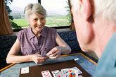 5.限时娱乐:下棋、打牌要限时,控制情绪,不可过于认真、激动。尤其是患有高血压的老年人。