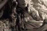 "《ELLE》俄罗斯版5月号,Valentina Zelyaeva与Andreea Diaconu扮演狂野的农场姑娘,拍摄了一组""西部往事""风格的写真。Ralph Lauren春季款的衣衫穿在二人身上,别样浪漫风情。"