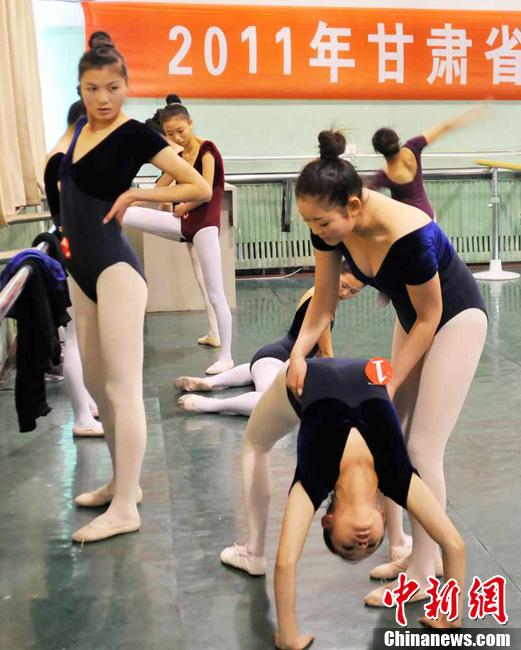 组图:舞蹈专业考试现场实拍 少女考生曼妙身材