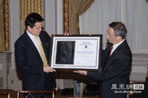 纽交所CEO向凤凰新媒体颁发证书。