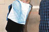 """一名近日随美国核潜艇""""汉普顿号""""抵香港度假的美国水兵,16日清晨在香港金钟一间酒店内涉嫌醉酒闹事,损毁酒店宴会厅一张玻璃台,并打伤一名酒店保安员,警员接报到场,以刑事毁坏及袭击伤人罪将涉案水兵拘捕,并将他与受伤保安员一并送院治理。 图为涉嫌醉酒闹事的美国水兵送院检查后需接受调查。来源:中新网"""