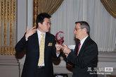 凤凰新媒体CEO刘爽与纽交所CEO互换礼物。
