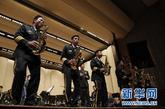 5月17日,中国人民解放军军乐团在美国首都华盛顿附近的迈耶堡军营的专场音乐会上演奏美国著名曲目《美好的情感》。为配合中国人民解放军总参谋长陈炳德访美,中国人民解放军军乐团于12日启程赴美演出。这是中美建交后解放军军乐团首次访美。新华社记者林煜摄