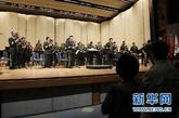 5月17日,中国人民解放军军乐团在美国首都华盛顿附近的迈耶堡军营的专场音乐会上演奏。为配合中国人民解放军总参谋长陈炳德访美,中国人民解放军军乐团于12日启程赴美演出。这是中美建交后解放军军乐团首次访美。新华社记者林煜摄