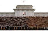 合影三:这是一张大批军人(占总数的27.2%)参加的合影,金正恩(左八)就坐前排。