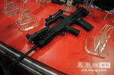 5月19日,第四届中国国际警用装备及反恐技术装备展览会在北京展览馆举行。最新改进版的97A突击步枪在此次展会上公开亮相,为95-1型突击步枪的出口版。95式枪族自1997年陆续列装部队以来,以其优良的战术技术性能赢得了广大官兵的认可,但在部队使用中也暴露出不少问题。95-1式进行了针对性改进,改进工作2004年9月启动,2010年正式定型。