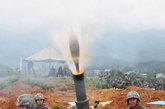 5月24日,南京军区某师以担负的作战任务为牵引,严格按大纲标准,冒雨组织全师炮兵分队全员额、全装备,长途机动至生疏地域,进行火炮实弹射击。 图为某迫击炮射击时的出膛瞬间。中国军事图片中心 蒋 伟报道