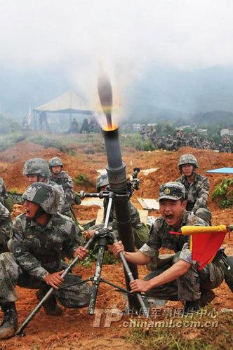 南京军区某师组织官兵进行迫击炮实弹射击训练