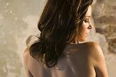 8.背部:S动情区。女人背部的S区是最情色的部位,那儿密布着反射神经。很多女人描述她们做爱时,男人对背部的刺激,让她们终生难忘。他可以通过精油来爱抚,也可以用舌头、嘴唇在你背上探索。电影《枕边禁书》很直接地表达了爱人之间互相通过写字来刺激背部敏感神经的方式,不妨借鉴。