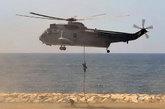 """5月28日,西班牙海军陆战队""""海王""""直升机进行机降表演。"""