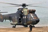 """5月28日,西班牙海军陆战队""""超美洲豹""""直升机进行机降表演。"""