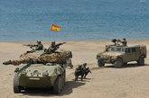 """5月28日,西班牙陆军的""""半人马座""""坦克歼击车在马拉加海滩上进行作战表演。"""
