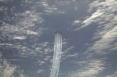 """5月28日, 西班牙空军""""Patrulla Aguila""""飞行表演队的CASA C-101教练机在马拉加海滩上空进行编队特技表演。"""