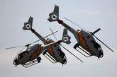 """5月28日,西班牙南部海滨城市马拉加举行盛大的海陆空军联合汇演,纪念本国建军节。图为西班牙空军""""Patrulla Aspa""""飞行表演队的EC-120直升机进行编队特技表演。"""
