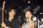 谢霆锋与张柏芝早年登台合照,已经开始默契十足的选择情侣装。