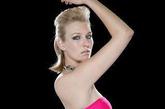 """英国残疾女孩凯丽-诺克斯天生没有左前臂,但令人惊讶的是,在英国广播公司举办的""""全英残疾模特大赛""""决赛中她竟脱颖而出勇夺冠军,成为一名超级模特!"""
