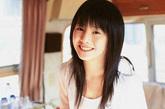 夏帆是日本当今清纯派明星的代表人物,她纤婉出尘,具有少见的透明感,是标准的美少女。她11岁出道,至今已有7年的演艺生涯。曾经因为笑容甜美而在日本最喜欢的女明星的评比,拿了15岁以下(萝莉组)的冠军。