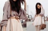 复古优雅的雪纺衬衫宽松的阔型自然垂坠,搭配裸色针织刺绣半身裙优雅淑女!同样暖色系带包和细腰带的装饰显得整体统一。