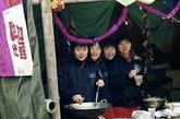 正在做菜的女兵们