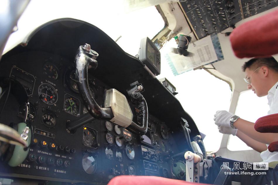 运12飞机的正驾驶飞行员的操纵杆