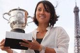 李娜夺得法国网球公开赛冠军,与2011苏珊朗格伦杯之在巴黎埃菲尔铁塔下合影。知性而干练的白色衬衫当做外搭,腰间的写意印花充满中国水墨风情。搭配深色内搭和腰带,低调内敛而又十分大方的穿法。