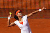 2011年6月6日,中国女网金花李娜在法国网球公开赛的红土地上,成为第一个捧起大满贯赛单打冠军的亚洲选手,创造了历史性的时刻。可以说李娜此次创造的荣誉与本人的优异表现和艰苦的训练是分不开的,场上奔跑的矫健身影,将网球这项运动的热度在这个夏日再次掀起。相信李娜在场上身着网球短裙随风奔跑的矫健身姿,会成为众多女性选择网球运动的又一个重要原因,自信的女人才会散发迷人的魅力。虽然李娜在场上身姿矫健、飒爽、果决而坚定,场下,这位网球美女和所有的女人一样,享受生活并喜欢装扮自己,来看一组李娜的私房搭配,你会为她小女人的一面所惊叹。