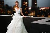 腰间的黑色丝带以及裙摆的层层波浪几乎与本身的Vera Wang品牌无明显差别。