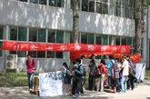 5月4日,山东大学志愿者还发起了义卖宣传活动。用公益摄影展、宣传书籍、义卖和画布互动留言的形式向大学生们宣传瓷娃娃罕见病的知识。(图片来源:瓷娃娃关怀协会)