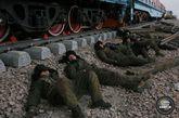 2004年,是青藏铁路的整体推进年,也是他们的保铺轨年。虽然2003年经过顽强拼搏他们完成了工程总量的80%强,但是剩余工程量依然很大,保6月22日铺轨的压力依然很大。