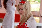夏日美女揽客奇招,护士女郎成群引围观。