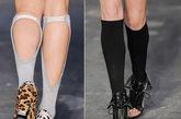 以美式足球运动为灵感的运动主题情境中,光嫩的皮肤令腿部稍显单薄,穿着Legging与丝袜又过于矫情,唯有纯棉及膝长袜,能够恰如其分地勾勒腿部线条的力量与柔美,释放运动中的野性激情。最特别之处莫过于模特足下的露趾高靴,以长筒棉袜配衬倍显简洁大方,而短筒棉袜配衬则显得活力四射。而裸露脚背的长筒袜尤显新奇别致。棉袜色彩选择与上身呼应,全身造型柔和融合。