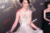 李冰冰裸色长裙宛如女神般飘逸轻盈,而裙子上的亮片装饰更添华美。