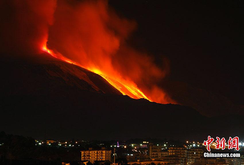 意大利埃特纳火山夜间喷发[高清大图]
