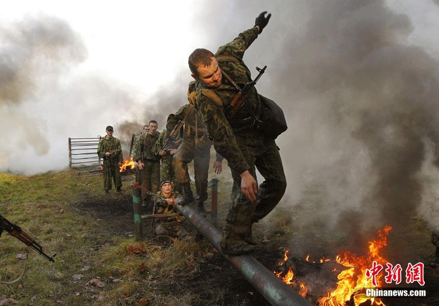 """白俄罗斯/11月3日,白俄罗斯特种部队士兵参加争取佩戴""""红色贝雷帽""""的..."""