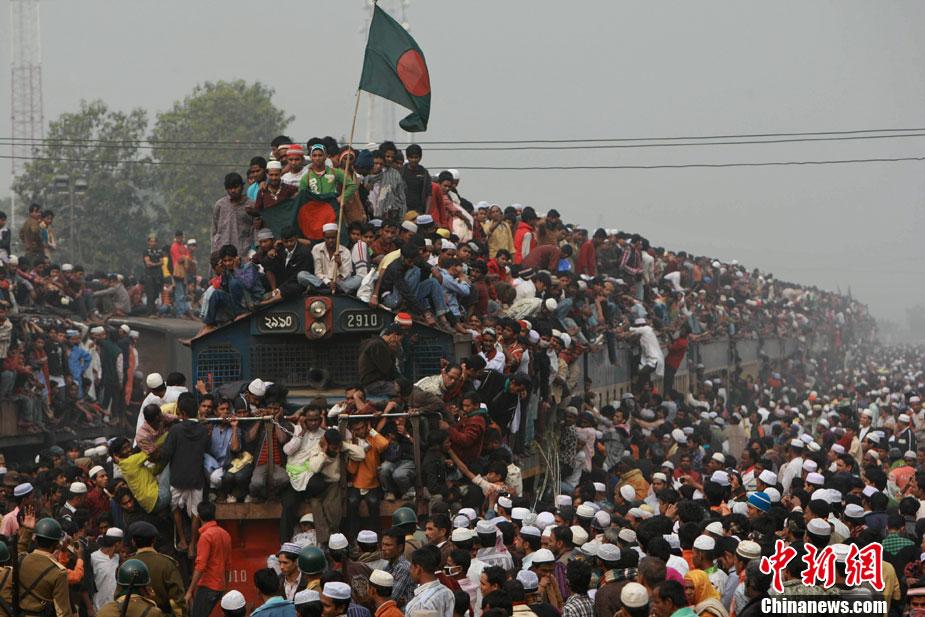 孟加拉民众挤火车回家 车头车顶站满人[高清大图]